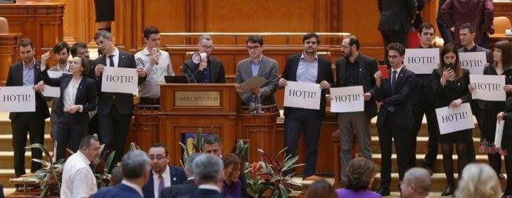 Luptă de gherilă în plenul Camerei Deputaților pentru a bloca adoptarea primei legi anti-justiție