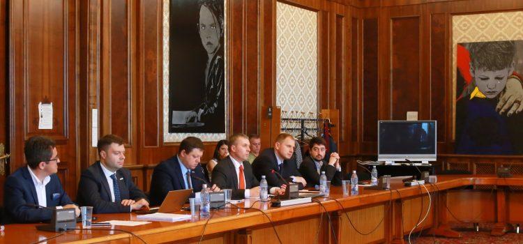 """USR-PLUS, dezbatere cu societatea civilă din Republica Moldova. """"Un oligarh nu poate crește o democrație într-o țară și nu o poate duce în Europa"""""""